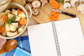 livre de cuisine vierge casserole avec des légumes et des herbes biologiques sur le plan de