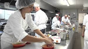 cuisine istres wikibee istres les stagiaires se font cuisinier