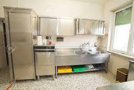 cuisine industrielle inox grande cuisine industrielle avec réfrigérateur lave vaisselle et un