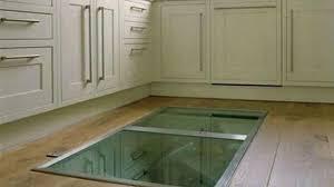idee sol cuisine il construit une fenêtre sur le sol de sa cuisine pourtant l idée