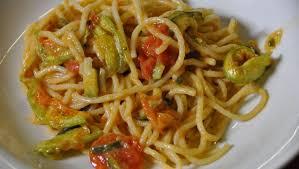 primo piatto con fiori di zucca pasta con zucchine e fiori di zucca pourfemme
