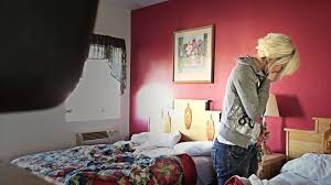 hotel femme de chambre cette femme de ménage découvre une immense en nettoyant