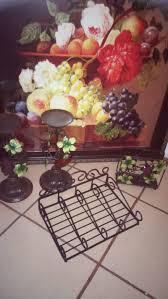 cuadro de frutas un par de candeleros un servilletero y uno para