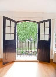 par vue de jardin vue de jardin par la porte ouverte de bureau photo stock image