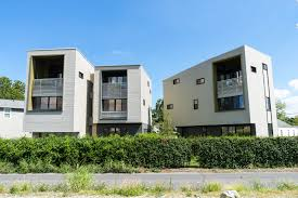 nola goes mod modern architecture in new orleans gonola com new orleans architect byron mouton and bild design completed these two duplex town houses on an irregular shaped lot that faces the mississippi river on