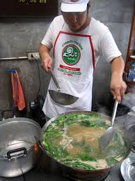 cuisiner wok food cheffing a wok of noodle suace