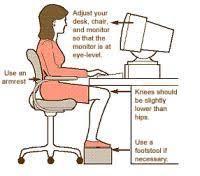 postura corretta scrivania come sedersi davanti al computer per non stancare schiena e occhi