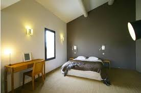 couleur taupe dans chambre aux murs blanc decoration and interiors