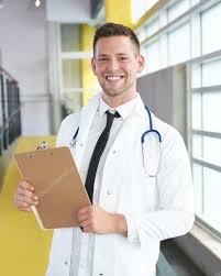 de sexe dans un bureau portrait d un médecin de sexe masculin tenant diagramme de