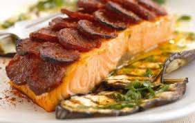 cuisiner pavé de saumon au four recette avec astuces de lignac saumon en écailles de chorizo