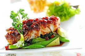 cuisiner pavé saumon recette pavé de saumon aux épices tandoori salade de pousses d