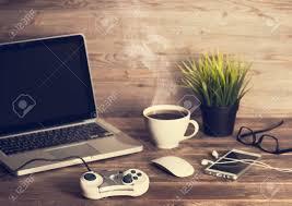 jeux de travail dans un bureau bois lieu de travail de bureau table avec un ordinateur portable
