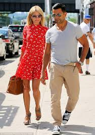 kelly ripper hair style now kelly ripa breezes out of new york hair salon with a new do and