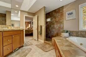 badezimmer mit eckbadewanne großes badezimmer mit eckbadewanne und offene dusche stockfoto