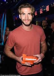 mans old fashion haircut parted down middle liam hemsworth debuts new haircut at the kids choice awards