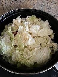 cuisiner du choux chinois recette de potée au chou chinois et saucisses de montbéliard