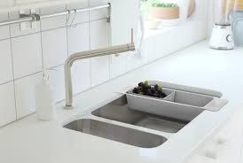 ikea cuisine evier robinet de cuisine et passoire en acier inox déposée sur le bord d