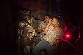 halloween horror nights chainsaw universal uses aliens predators pop culture to haunt at horror