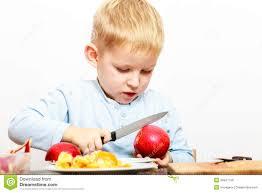 enfant cuisine l enfant a coupé la pomme avec un couteau de cuisine faisant