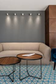 Wohnzimmer Einrichten Mit Schwarzem Sofa Einrichten Mit Viel Weiß Marmor Und Holz Auf 400 Quadratmetern