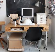 construire un bureau en bois fabriquer un bureau en palette faire un bureau a caissons en bois