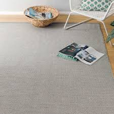 teppich mit sternen teppich ervadi grau eierschale mit punkten urbanara