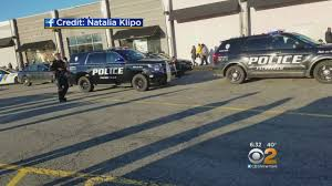 large brawl sparks panic at willowbrook mall cbs new york