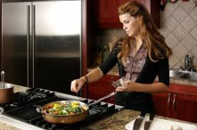 femme en cuisine on varie nos menus avec nos restes maigrir sans faim