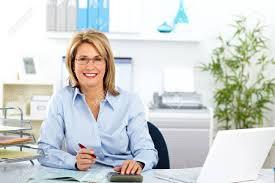 affaires de bureau femme d affaires d âge mûr travaillant dans le bureau moderne