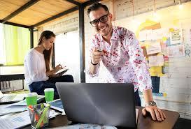 sexe au bureau homme d affaires heureux ou employé de bureau de sexe masculin