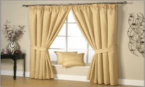 What Colors Go With Yellow by Yellow Walls What Color Curtains Shenra Com