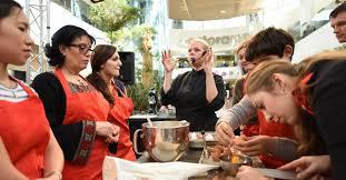 offrir des cours de cuisine emilie lang vient donner des cours de cuisine aux 4 temps defense