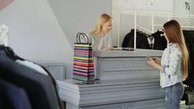 bureau du s at fille attirante gaie se tenant au bureau du s de caissier causant
