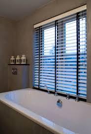 rollos für badezimmer jalousie rollos holz tilleul jasno shutters badezimmer