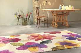 tappeti stile shabby una casa romantica con tappeto fiorato e tavolo shabby chic
