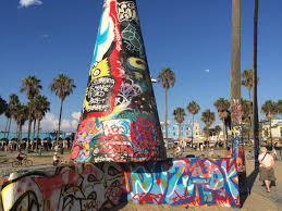 here s how venice beach got its public art walls kmtwanderlust the murals are always changing the backdrop is the pacific ocean and suspiciously it always smells like a gal with the first name mary last name jane