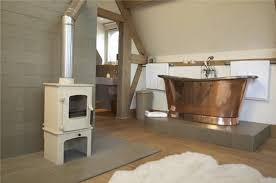 baignoire dans chambre la chambre avec sa baignoire en cuivre