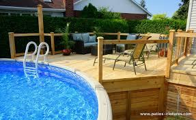 patio avec un grand deck de piscine hors terre parfait pour la