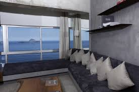 interieur et canapé lieu d exception un penthouse brésilien habillé de béton galerie