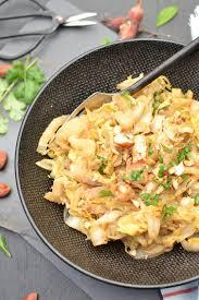 cuisiner un chou chinois wok de chou chinois sauté aux noisettes et sésame les recettes de