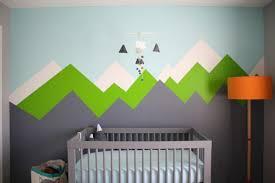 mur chambre bébé dessin montagne stylisé en couleur pour décorer les murs de la