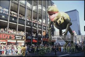 kermit balloon flying during thanksgiving day parade pictures