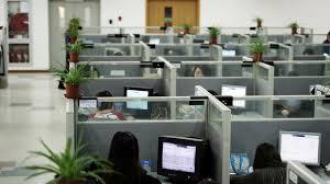 entreprise bureau 35 des employés de bureau échangent des secrets sur leur entreprise