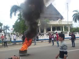 ipmapus demo mobil dinas ditahan dprd mamuju ikut resah hadirnya