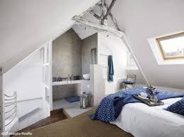 salle de bain dans chambre sous comble esprit bord de mer pour cette chambre à coucher sous les combles