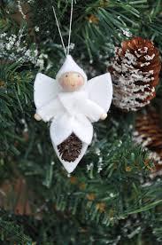 ange avec visage perle de bois et corps en feutrine noël joyeux