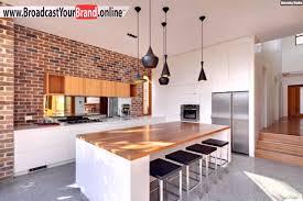 weiße küche mit holz moderne küche ziegelwand weiße möbel holz theke