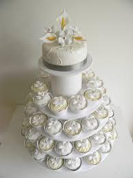 hochzeitstorte cupcakes hochzeitstorte rund cupcakes callas hochzeitstorten