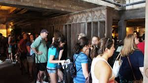 halloween horror nights rat lady the three broomsticks u0026 hog u0027s head quick service at hogsmeade