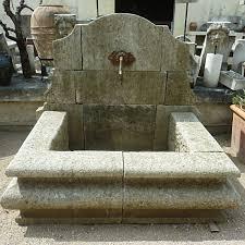 fontaine en pierre naturelle fontaine murale de jardin en matériaux anciens pierres et fer